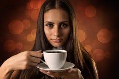 Das Mädchen mit Tasse Kaffee stockbilder
