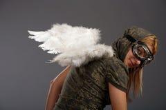 Das Mädchen mit weißen himmlischen Flügeln Stockbilder