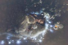 Das Mädchen mit Weihnachtsspielzeug Lizenzfreie Stockfotos