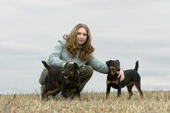 Das Mädchen mit zwei Hunden Lizenzfreies Stockbild
