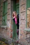 Das Mädchen nahe dem alten Haus Lizenzfreies Stockfoto