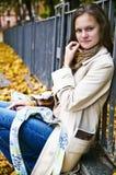 Das Mädchen nahe einem Zaun. Lizenzfreie Stockfotografie