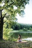 Das Mädchen nimmt an Eignung teil und meditiert im Park City lizenzfreies stockbild