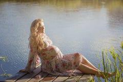 Das Mädchen nimmt ein Sonnenbad Stockfoto