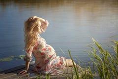 Das Mädchen nimmt ein Sonnenbad Stockfotos