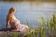 Das Mädchen nimmt ein Sonnenbad Lizenzfreies Stockfoto