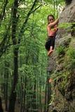 Das Mädchen nimmt an Klettern teil Stockfoto