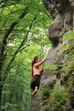 Das Mädchen nimmt an Klettern teil Stockfotografie
