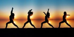 Das Mädchen nimmt an Yoga teil Stockfotografie