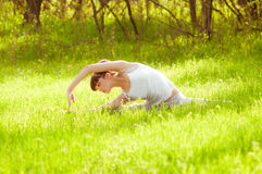Das Mädchen nimmt an Yoga teil Stockbilder