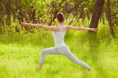 Das Mädchen nimmt an Yoga teil Stockfotos