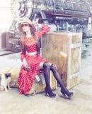 Das Mädchen am Retro- Bahnhof Stockfotografie