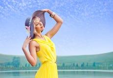 Das Mädchen richtet seinen Hut gerade Lizenzfreie Stockbilder