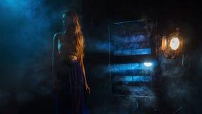 Das Mädchen ` s Schattenbild im Nebel vor dem hintergrund des hellen sou Stockfotos