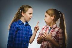 Das Mädchen sagt einem anderen Mädchen den schlechten Nachrichten schwarzes Telefon mit Empfänger Stockbild