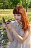 Das Mädchen schaut in einem kleinen Spiegel Lizenzfreie Stockfotografie