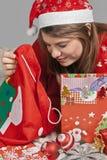 Das Mädchen schaut im Sack von Santa Claus Stockbilder