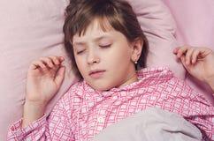 Das Mädchen schläft in Pyjamas Lizenzfreies Stockfoto