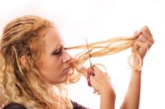 Das Mädchen schnitt Haar ab Stockbilder