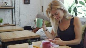 Das Mädchen schreibt eine Mitteilung in das Telefon stock footage
