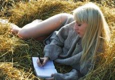 Das Mädchen schreibt Verse Lizenzfreies Stockfoto