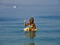 Das Mädchen sendet Grüße vom adriatischen Meer Lizenzfreie Stockfotografie