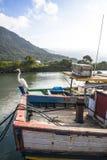 Das Mädchen sitzt auf dem Boot Lizenzfreie Stockbilder