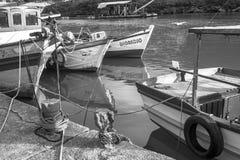 Das Mädchen sitzt auf dem Boot Stockfotografie