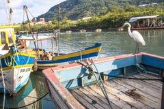 Das Mädchen sitzt auf dem Boot Stockfotos