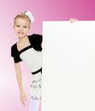 Das Mädchen späht heraus von hinten weiße Fahne Lizenzfreie Stockbilder