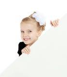Das Mädchen späht heraus von hinten weiße Fahne Stockfotos