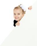 Das Mädchen späht heraus von hinten weiße Fahne Stockbilder