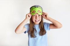 Das Mädchen spielt den Dummkopf in einer Maske des Monsters für Halloween Stockfoto