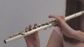 Das Mädchen spielt die Flöte stock video