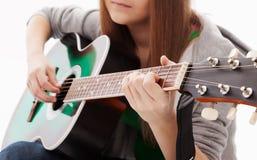 Schönes Mädchen mit Gitarre auf weißem Hintergrund Lizenzfreies Stockfoto