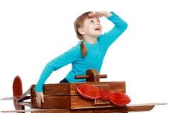 Das Mädchen spielt mit einem großen Spielzeugflugzeug Lizenzfreie Stockbilder