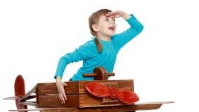 Das Mädchen spielt mit einem großen Spielzeugflugzeug Lizenzfreies Stockbild