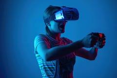 Das Mädchen spielt vr Geyming kreativny Licht moderne Technologien eSports lizenzfreie stockfotografie