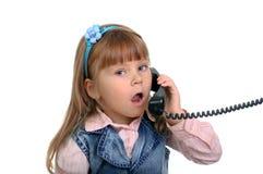Das Mädchen spricht durch Telefon stockbilder