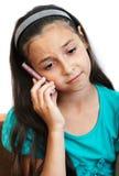 Das Mädchen spricht durch Telefon Stockbild