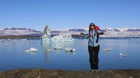 Das Mädchen springend auf die Küste des Glazial- Sees Jokulsarlon stock footage