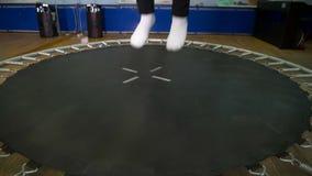 Das Mädchen springend auf die Trampoline stock video footage