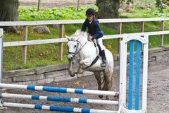 Das Mädchen springend auf ein Pferd Lizenzfreie Stockbilder