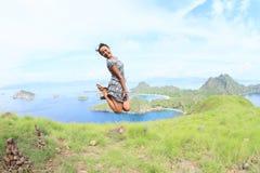 Das Mädchen springend auf Padar-Insel lizenzfreie stockfotos