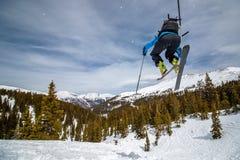 Das Mädchen springend auf randonee skiis Lizenzfreie Stockbilder