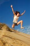 Das Mädchen springend auf Strand lizenzfreie stockfotos