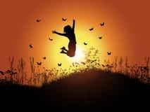 Das Mädchen springend gegen Sonnenunterganghimmel lizenzfreie abbildung