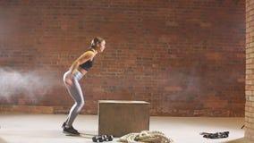 Das Mädchen springend in Holzkisten in einem Training Crossfit-Training Langsame Bewegung stock footage