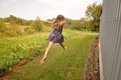 Das Mädchen springend mit bloßen Füßen lizenzfreies stockfoto