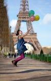 Das Mädchen springend mit bunten Ballonen Lizenzfreie Stockbilder